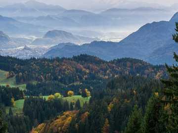 Górska dolina - Piękny ranek strzelający halna dolina