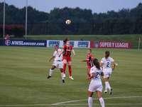 Header Ball - sex kvinna som spelar fotboll på fotbollsplanen. Maryland SoccerPlex, Boyds, USA