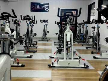 Spin room, centrum fitness - czarno-szary sprzęt do ćwiczeń. Lagos, Nigeria