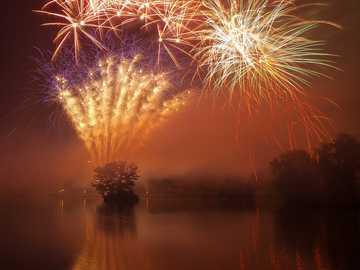 fajerwerki w ciągu dnia - Fajerwerki w Billericay Fireworks Spectacular w Lake Meadows Park, Billericay, Essex w 2010 roku. Or
