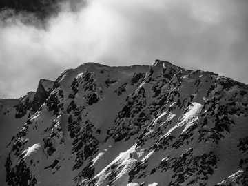 Patrick Hendry - fotografia w skali szarości pasma górskiego.