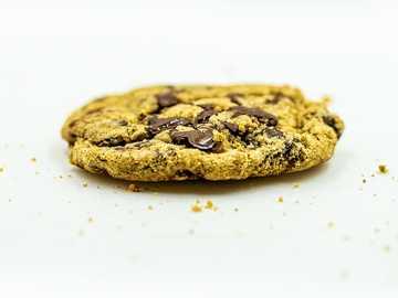 Nur ein Keks - brauner Keks auf weißer Oberfläche.