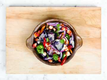 Gemüsesalat - geschnittene Zwiebeln und Paprika in einer Schüssel.