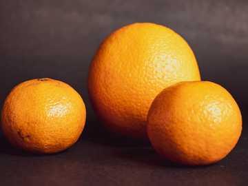 Saftig bis zum letzten Tropfen. - Orangenfrucht auf schwarzem Textil. Calgary, AB, Kanada