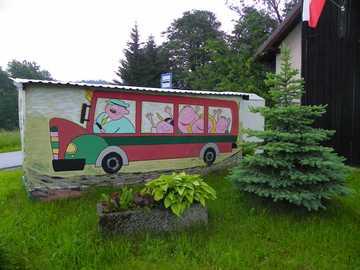 Autobus felice - Fermata dell'autobus vicino a Międzylesie