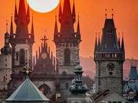 Чешка Прага през нощта. - Пъзел: сгради на чешката Прага.