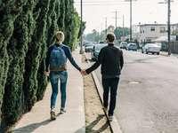 Glendale para - mężczyzna i kobieta chodzenie po ścieżce w ciągu dnia. Glendale, Stany Zjednoczone
