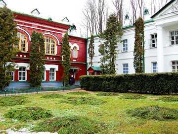 Monaster Pskowsko-Pieczerski ogród - Monaster Pskowsko-Pieczerski – męski prawosławny klasztor w Pieczorach