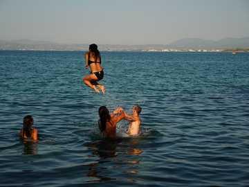 Pływanie w jeziorze w pobliżu Chamonix Francja. - kobieta w czarnym bikini i czarne majtki na zbiorniku wodnym w ciągu dnia.