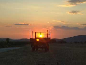 brauner Traktor - Regelmäßige goldene Stunde !!.