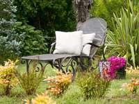 Een rustige hoek - een heerlijke plek om te ontspannen omringd door bloemen