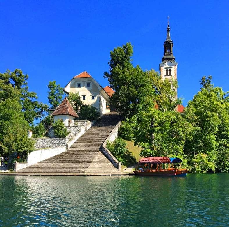 Lake Bled, Słowenia - biały betonowy budynek.