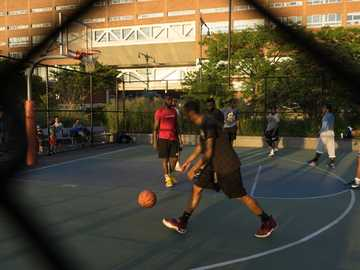 man playing basketball - Playing basketball in the street with friends. New York, État de New York, États-Unis
