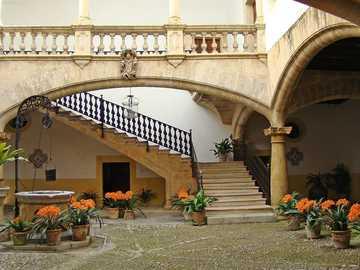 Dom na Majorce - wewnętrzny dziedziniec i kwiaty