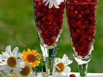 fresas silvestres en tazas - fresas silvestres en vasos de vidrio