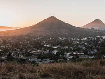 zielone góry - Zmierzchu widok Madonna góra. San Luis Obispo, Kalifornia, USA