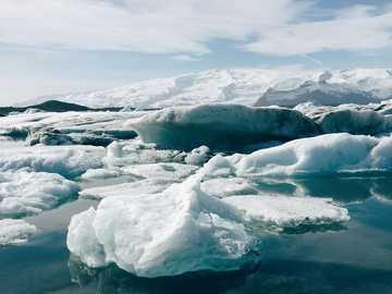 Jökulsarlon - tworzenie się lodu w zbiorniku wodnym. Islandia, wyspa