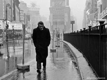 James Dean într-o după-amiază ploioasă - James Dean pe o fotografie de după-amiază ploioasă în alb și negru