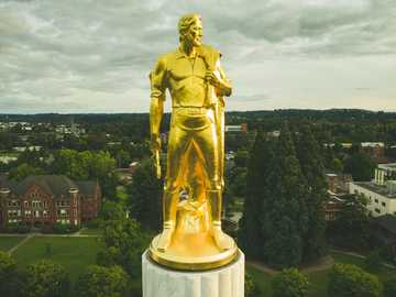 """złoty posąg - Oto pierwsze z dwóch zdjęć, które przesyłam """"złotego pioniera"""" na szczycie stolicy stanu O"""