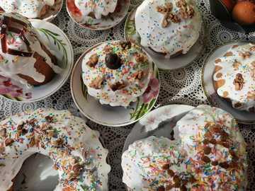 plato de cerámica floral blanco y azul con donas - # праздник # Пасха #holiday #Easter # кулинария # выпечка # еда #foo