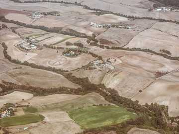 vista aérea de la tierra - La paz está en todas partes, incluso en los campos italianos. Roma, Roma, Italia