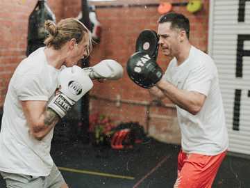 dwóch mężczyzn walczących w siłowni bokserskiej - Szkolenie trenerów w Prevail Boxing w West Hollywood, LA. Los Angeles, Stany Zjednoczone