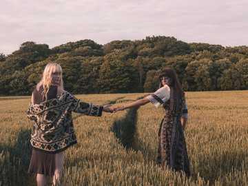 Prowadź - dwie kobiety chodzenia trzymając ręce przy selfie. Liverpool, Wielka Brytania