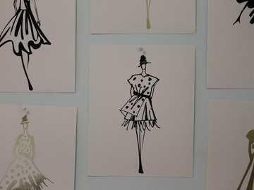 Dekoracyjne plakaty ścienne z wzorami sukienek - mężczyzna w czarnym garniturze kurtce i spodniach ilustracyjnych.