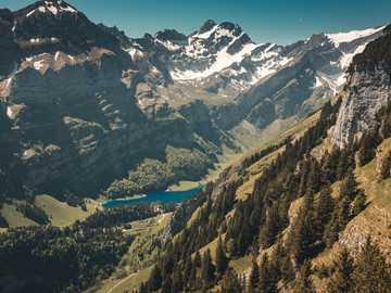 zdjęcie krajobrazowe gór - Wzięliśmy tę wycieczkę do Ebenalp, aby uzyskać widok na jezioro Seealp i Alpy Szwajcarskie. Jed
