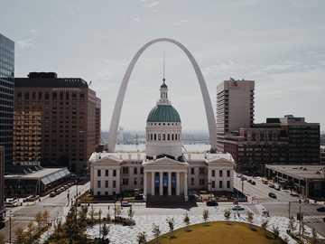 Gemme di St. Louis - cupola bianca e verde tra i grattacieli durante il giorno. St. Louis, Stati Uniti
