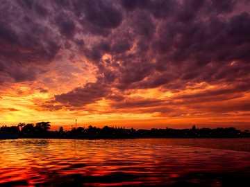 cuerpo de agua durante la hora dorada - Hermosa puesta de sol sobre el Ecuador. Pestana Hotel 5 *, S. Tomé, S. Tomé e Príncipe