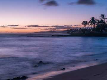 wybrzeże w złotej godzinie - Jako pierwsi podróżnicy na Kauai szukaliśmy dobrych miejsc do sfotografowania zachodu słońca. T