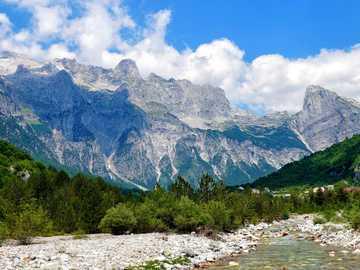 góry i rzeki - ten krajobraz jest przepiękny warto go zwiedzić