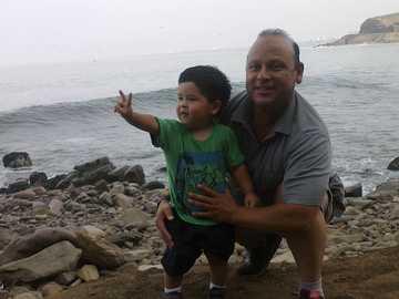 z tatą - Tego dnia skończyłem dwa lata i zabrali mnie na plażę