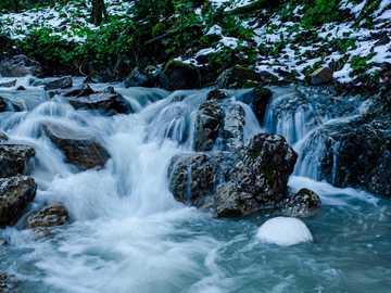 medytować - woda spada ze skał i zielonych roślin.
