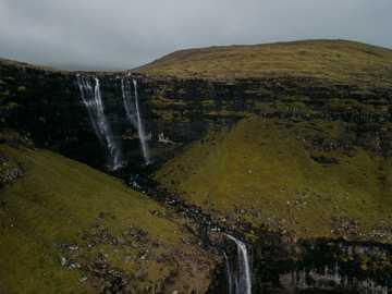 Wodospad Wysp Owczych - wodospady na polu zielonej trawie w ciągu dnia. Wyspy Owcze