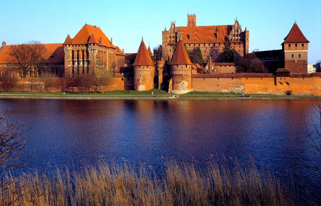 Eine kleine Burg in Malbork - Schönes Gebäude und Umgebung (12×8)