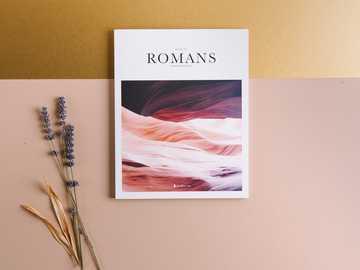 Rzymianie książki obok kwiatów lawendy - Księga Rzymian, Biblia z lawendą na złotym i różowym tle tabeli.