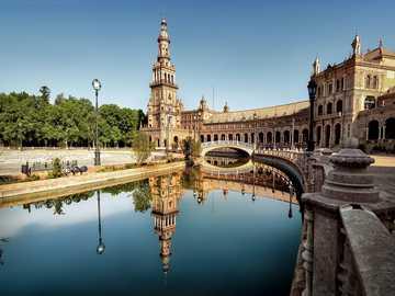 Architektura - miasto - pałac i odbicie w wodzie