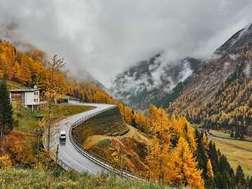 Droga przez góry - Tyrol - krajobraz jesienny
