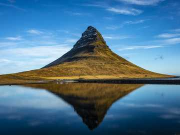 Islandia --- - góra Kirkjufell i jej odbicie