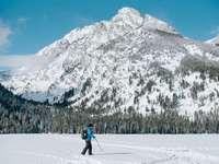 Muž kráčí přes zamrzlé jezero Taggart u základny