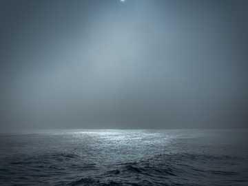 Księżyc w pełni oświetlony akwenem wodnym - Burzliwy ocean oświetlony księżycem, Southwold. Southwold, Wielka Brytania