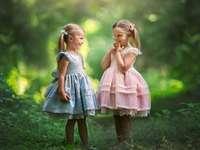 TVÅ TJEJER - Två flickor i skogen