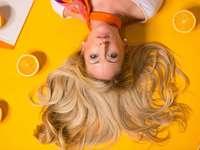 Orange Pop Art - Foto der Frau, die sich auf gelbe Oberfläche stützt.