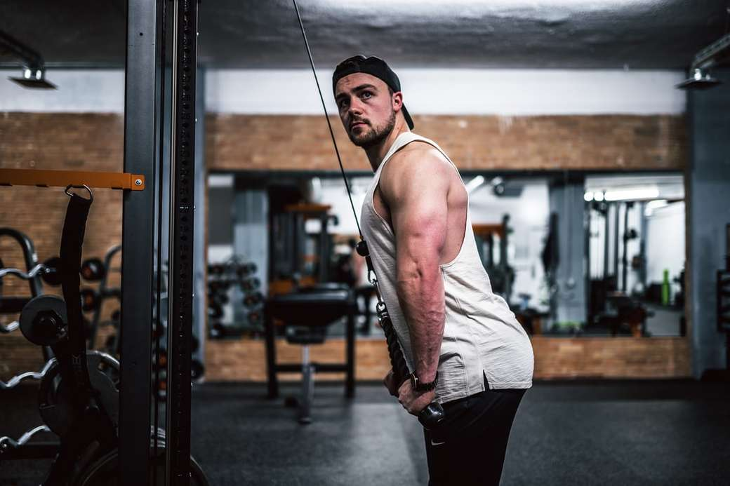 muž v bílé tílko a černé kalhoty drží černé lano - Místní kulturista Adam Swanson z Divergent Training cvičit! (IG: @DVTraining)  Zachyceno - Instagram: @VisualsByRoyalZ. Regina, SK, Kanada (12×8)