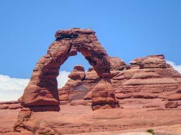 kanion w ciągu dnia - Delicate Arch jest najsłynniejszym łukiem znalezionym w Parku Narodowym Arches na obrzeżach Moab