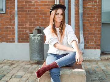 kobieta siedzi na ławce - Chociaż wolimy kręcić dla bloga Tamaras głównie w naturze, nigdy nie tracimy szansy na zrobieni