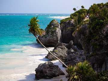 morze i skały w ciągu dnia - Zapierające dech w piersiach morze z widokiem na miejsce Majów. Tulum, Quintana Roo, Meksyk