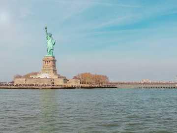 Liberty Statue, Nowy Jork - Statua Wolności na wyspie otoczonej wodą. Nowy Jork, Stany Zjednoczone